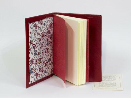 Aquest llibre té 20 fulls (40 pàgines) de paper blanc de 120 g. amb una suau textura, i cosits a mà amb cinta mussolina de color groc pàl·lid. Les tapes estan fetes en vellut, igual que les guardes (interior de la tapa). És ideal com a llibre de signatures. El llibre està disponible en vellut vermell i en vellut gris. S'envia amb una capsa de regal.