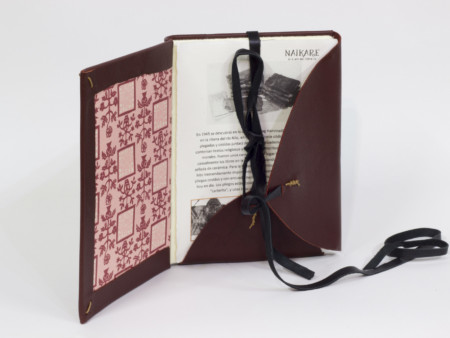 Llibre en pell vermella estil Nag Hammadi