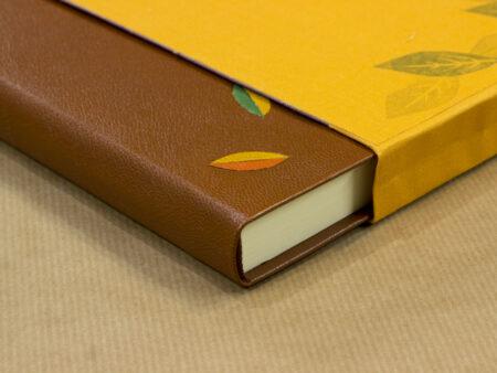 Libro de piel marrón con estuche de tela