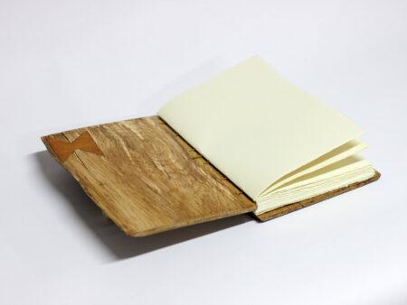 Libro de madera de roble