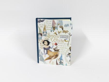 Libro en blanco con la portada de Blancanieves - Vista de la portada