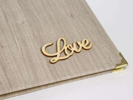 Detalle de la palabra LOVE en madera en la portada