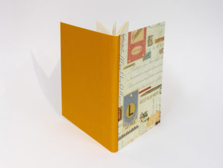 Vista de las tapas delantera y posterior del diario en tonos naranja