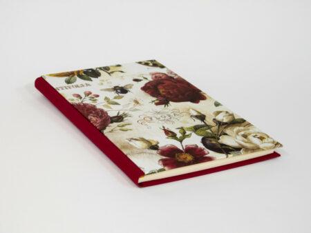 Vista de la portada del diario en burdeos y rosas
